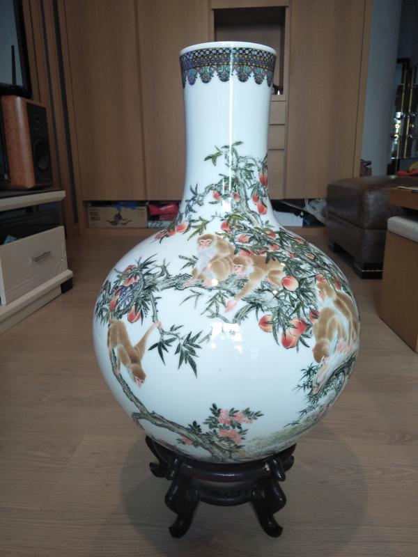 老件精品瓷器    中南海懷仁堂陶瓷研究所 紅色官窯 天球瓶   高約54CM 腹徑約38CM